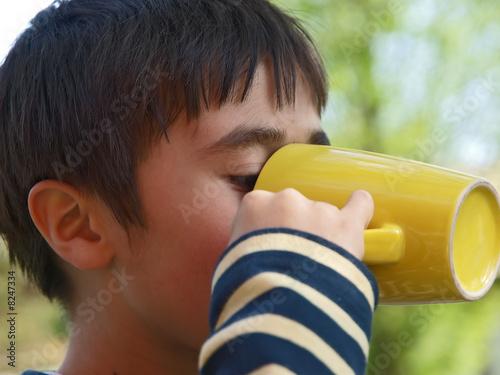 kinder ausflug,kind trinkt aus dem becher - 8247334