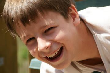 Junge lachend