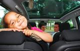 Jeunes parents en voiture  poster
