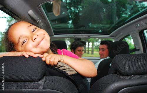 Jeunes parents en voiture