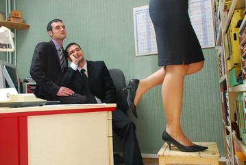 Deux hommes en admiration devant la secrétaire