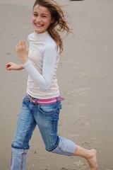 enfant qui courre sur la plage