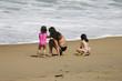 femme et ses enfants au bord de l'eau