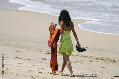 belle femme brune qui marche sur la plage