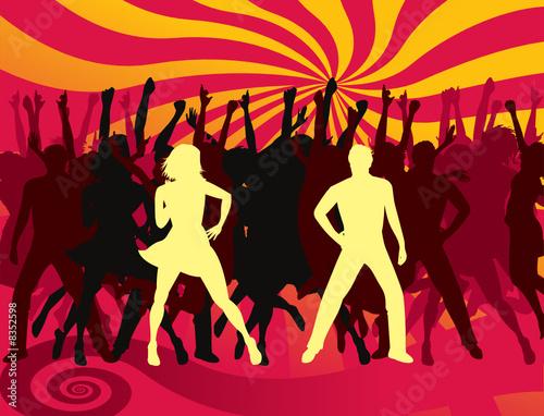 jovenes bailando en una discoteque