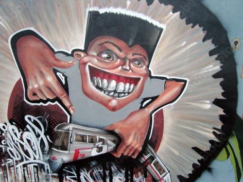 tranvia inferno y muchacho en graffiti. presion