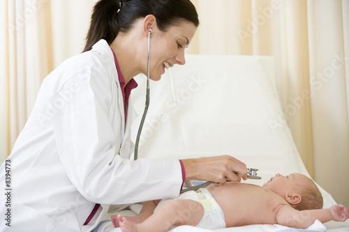 Обильная потливость у ребенка может быть вызвана следующими заболеваниями. простудное заболевание. прием...