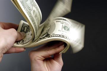Dollarscheine in der Hand