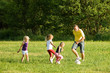 Familie spielt Fussball