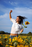 Fototapety springende frau mit sonnenblumen