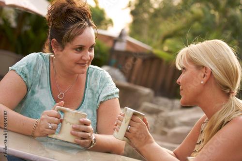 Leinwanddruck Bild Girlfriends Enjoy A Conversation