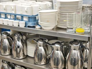 schmutziges geschirr und küchenutensilien, abwaschen