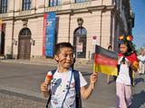 kinder mit deutscher fahne auf der strasse poster