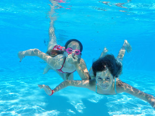 Enfant nage sous l'eau