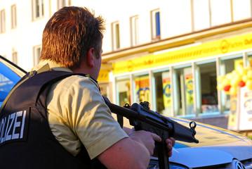 Maschinenpistole im Anschlag (Polizist im Einsatz)