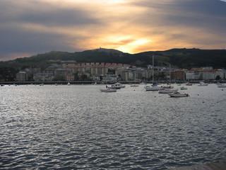 puesta de sol en el puerto de castro urdiales