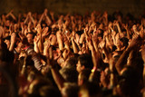foule délire fan concert musique spectateur bras main poster