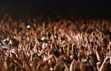 applaudir concert artiste foule fan musique main tendu poster