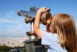 Tourisme - Enfant et longue vue poster
