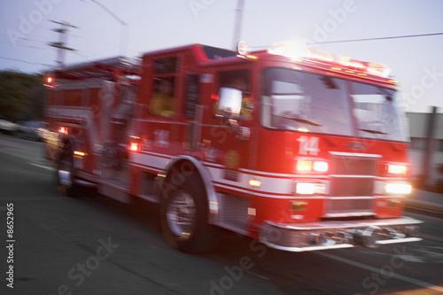 Wozy strażackie kierujące ulicą