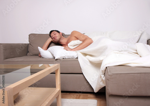 sleeping man on couch - mann sofa schlafen