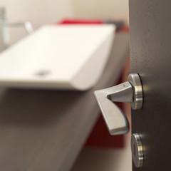 maniglia, porta, lavandino.... bagno ?
