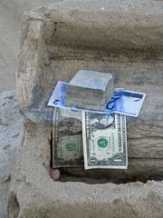 Dollars et reals sur le sable