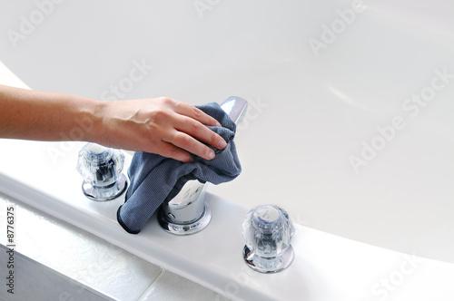 Cleaning bath tub