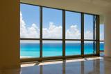 Fototapeta Widok tropikalnej plaży z okien hotelowych