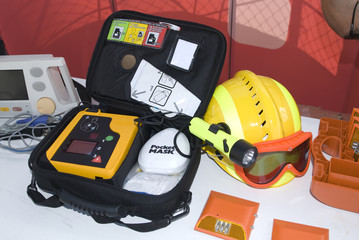 portable defibrillator for hearth emergencys