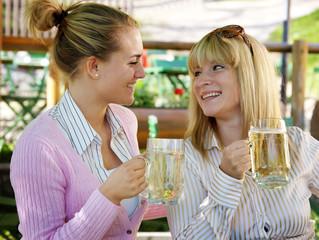 Frauen im Biergarten
