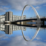 Fototapety new bridge reflected in river Clyde Glasgow Scotland