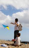 homme et enfant font du cerf volant poster
