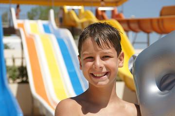 glückliches Kind am Pool