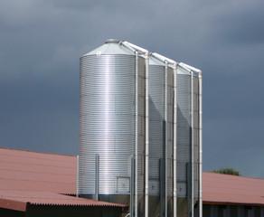 Metallsilos auf dem Bauernhof