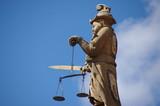 Statue de la justice avec épée et balance. poster