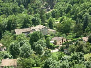 des maisons au fond de la vallée