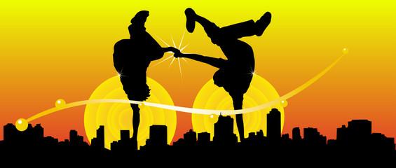 Gente bailando en la ciudad