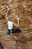 Mladá žena skalní lezení.