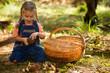 ein kleines mädchen beim pilze sammeln