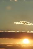 il sole tra le nuvole al tramonto poster
