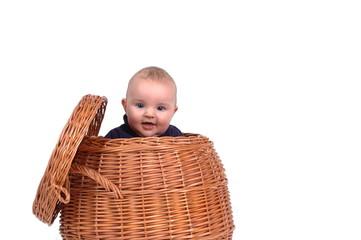 Baby im Wäschekorb