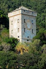 torre medievale e abitazione nel verde