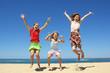 Trois enfants sautant