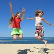 Deux jeunes filles sautant