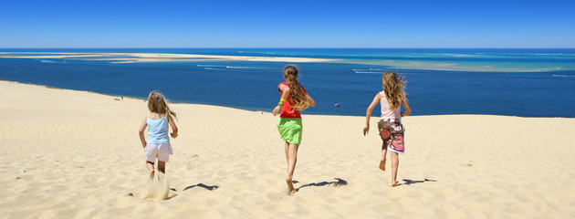 enfants courant vers la mer