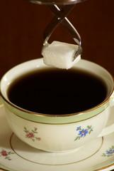 café et pince à sucre