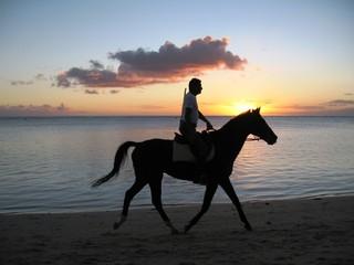 Atardecer a caballo, Mauricio