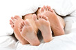 Leinwandbild Motiv Füße und Zehen von Paar im Bett