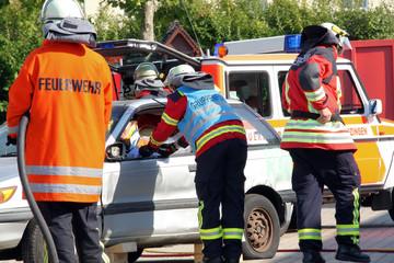 Autounfall mit Feuerwehr